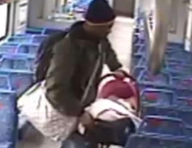 Pai deixa bebê em vagão e sai para fumar, mas não consegue retornar a tempo para dentro do trem (Foto: Reprodução Youtube)