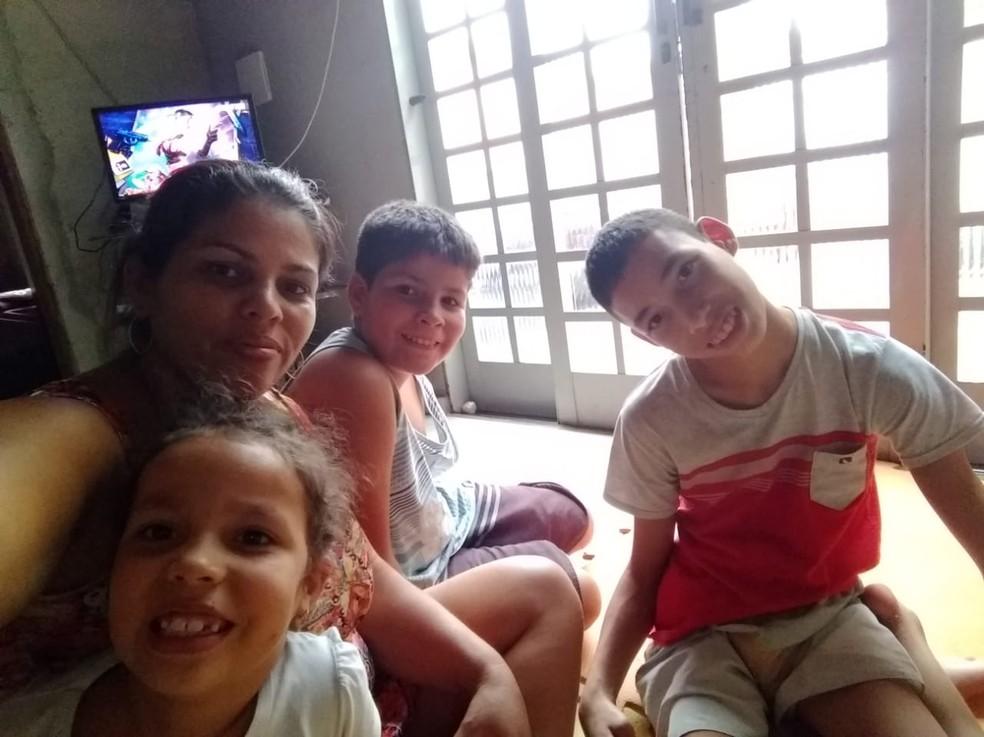 Tatiane das Neves com os três filhos — Foto: Arquivo pessoal