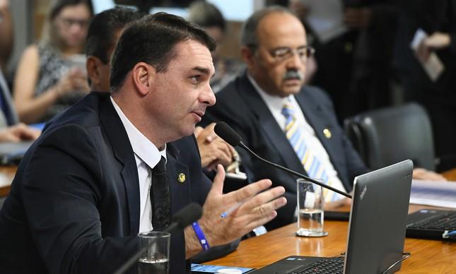 Flávio Bolsonaro e, ao fundo, Chico Rodrigues