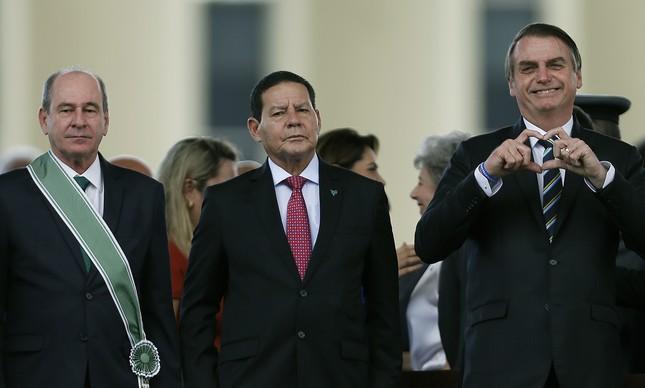 Fernando Azevedo, Hamilton Mourão e Jair Bolsonaro em cerimônia pelo Dia do Exército