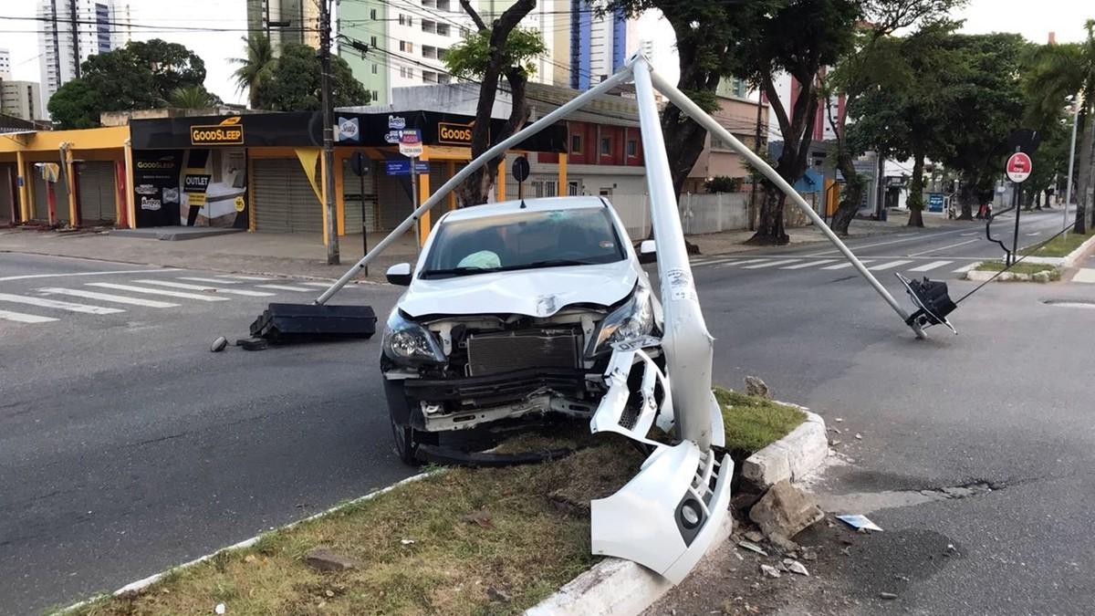 Carro derruba poste na av. Epitácio Pessoa e deixa trânsito lento em João Pessoa