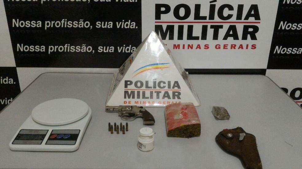 Polícia apreendeu droga, dinheiro e arma (Foto: Polícia Militar / Divulgação)