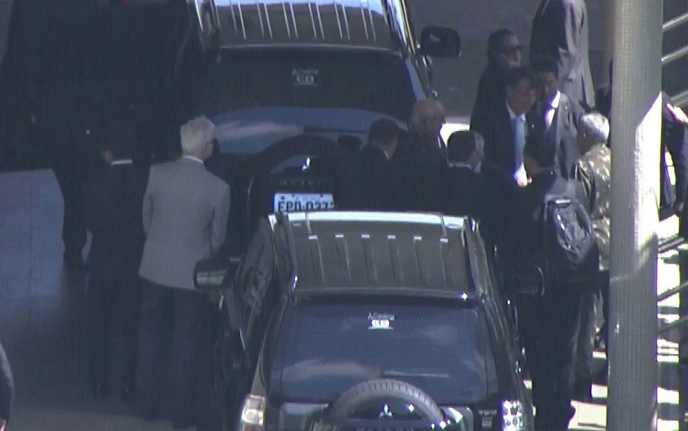 O presidente eleito Jair Bolsonaro (à direita) chega a São Paulo — Foto: TV Globo/Reprodução