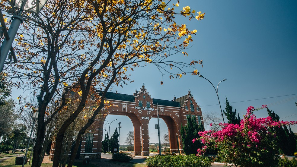 Com arquitetura típica, Portal Turístico dá boas-vindas a quem visita Holambra (Foto: Alexandre Pottes Macedo)