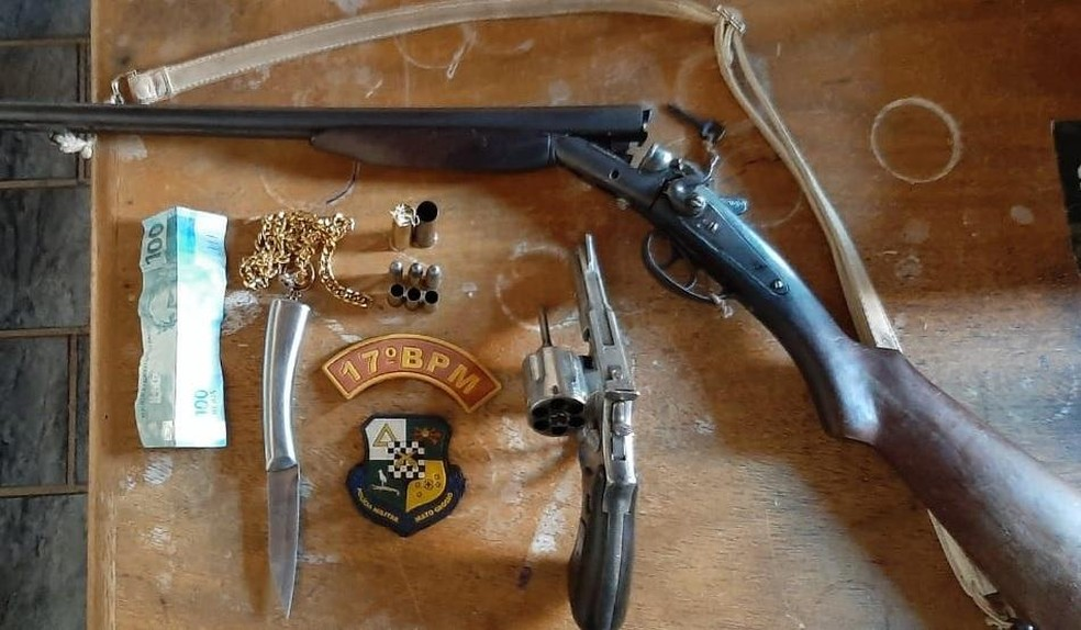 Armas usadas pelos criminosos foram apreendidas pela polícia — Foto: Polícia Militar