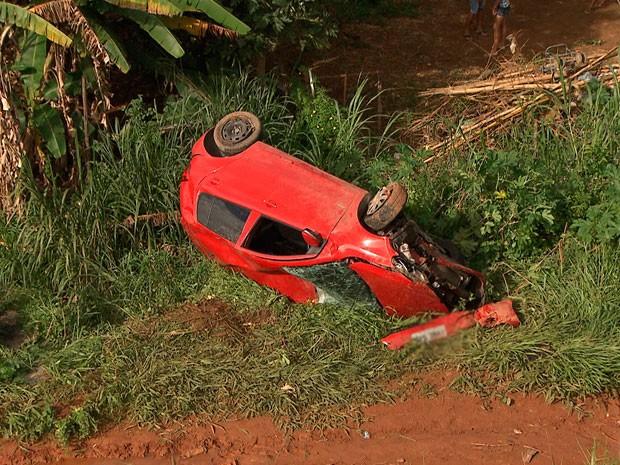 Carro cai em ribanceira e comunidade protesta por guard rail (Foto: Imagem/ TV Bahia)