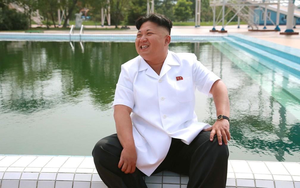 O líder norte-coreano Kim Jong-un visita o Songdowon International Children's Camp, na cidade de Wonsan, na Coreia do Norte, em foto não datada divulgada pela agência KCNA em 2014 (Foto: KCNA/via Reuters )