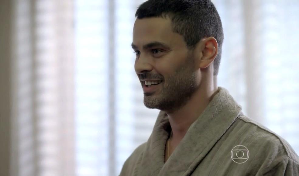 Maurílio (Carmo Dalla Vecchia) toma posse do quarto de José Alfredo (Alexandre Nero) - 'Império' — Foto: Globo
