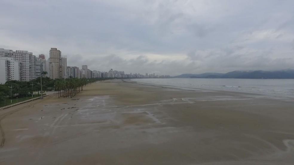 Banhistas deixaram as praias de Santos, SP, após pandemia do novo coronavírus — Foto: Alexandre Valdívia