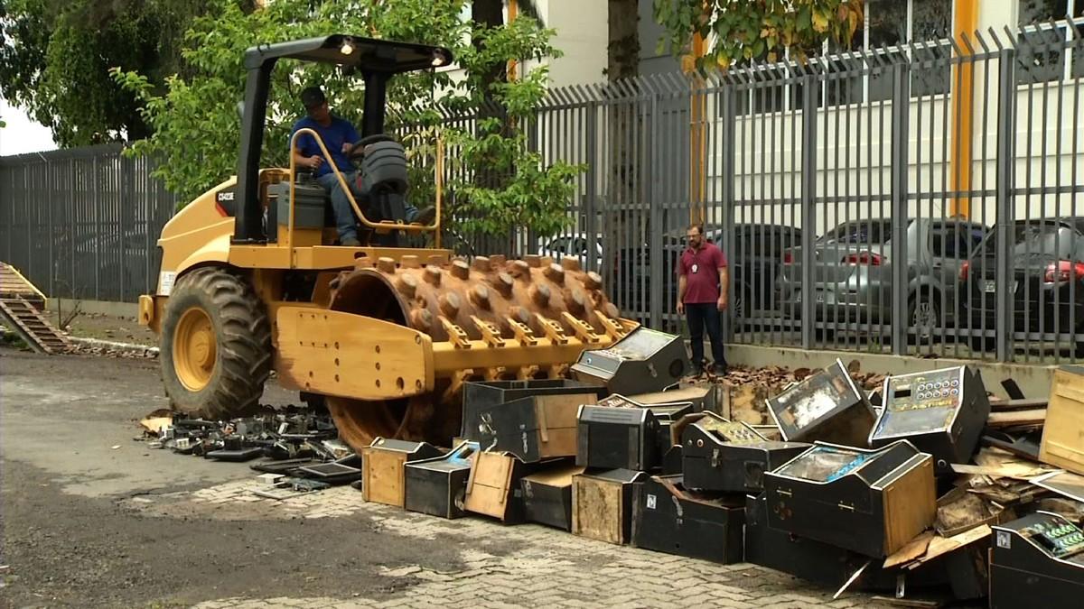 Materiais apreendidos em crimes são destruídos em Resende - G1