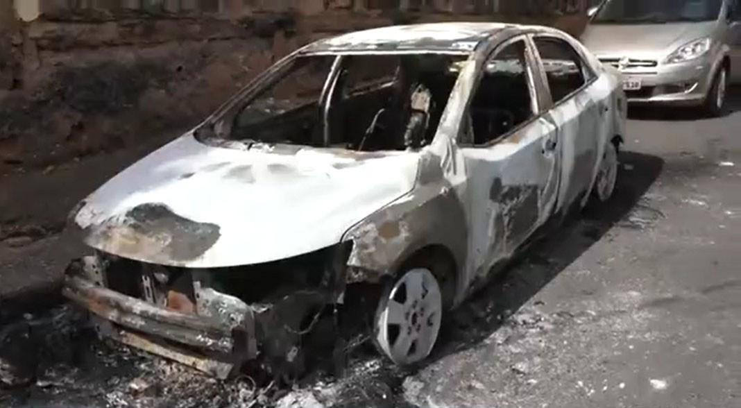 Carro é incendiado no bairro da Federação, em Salvador; este é o segundo caso em uma semana