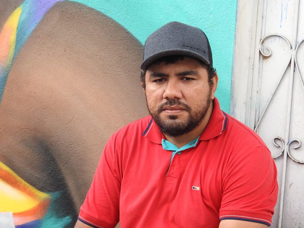 Sérgio Pinho da Silva, mais conhecido como Ude, faz grafites há 17 anos. (Foto: Ariane Alcântara/G1 AM)