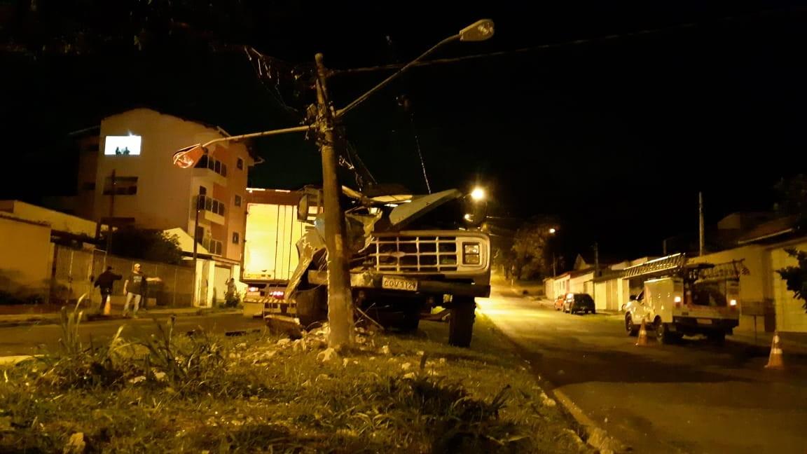 Caminhão bate em poste de avenida e provoca falta de energia em Mairinque