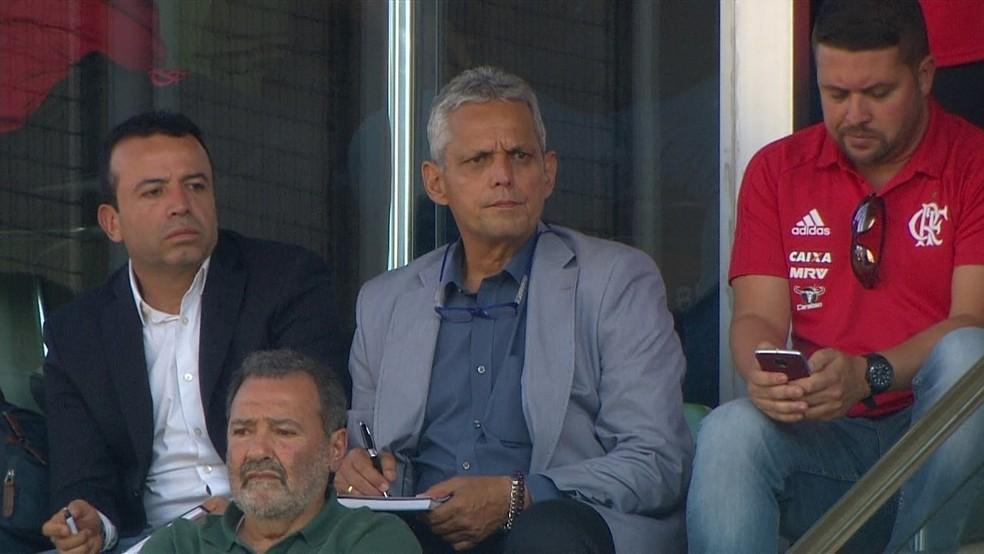 Reinaldo Rueda faz anotações contra o Atlético-MG, último jogo antes de assumir o Flamengo (Foto: Reprodução/Globo)