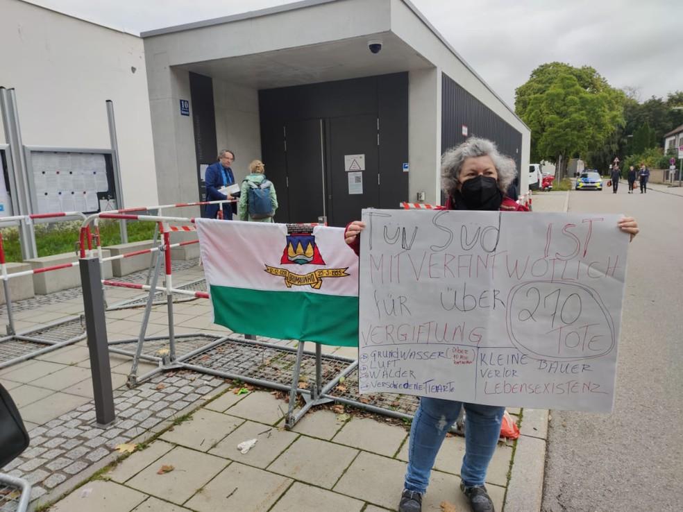 """Alemã protesta contra TÜV SÜD em frente ao tribunal em Munique: """"corresponsável pela morte de mais de 270 pessoas"""". — Foto: Prefeitura de Brumadinho/ Divulgação"""