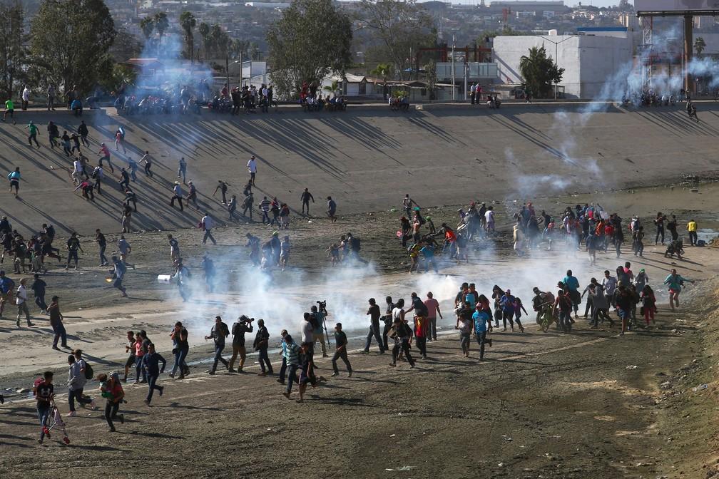 Policiais usam gás lacrimogêneo para conter migrantes — Foto: Reuters