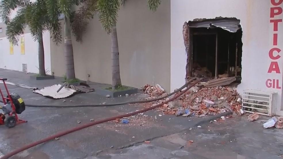Uma parede do supermercado precisou ser quebrada para que os bombeiros chegassem até às chamas (Foto: TV TEM / Reprodução )