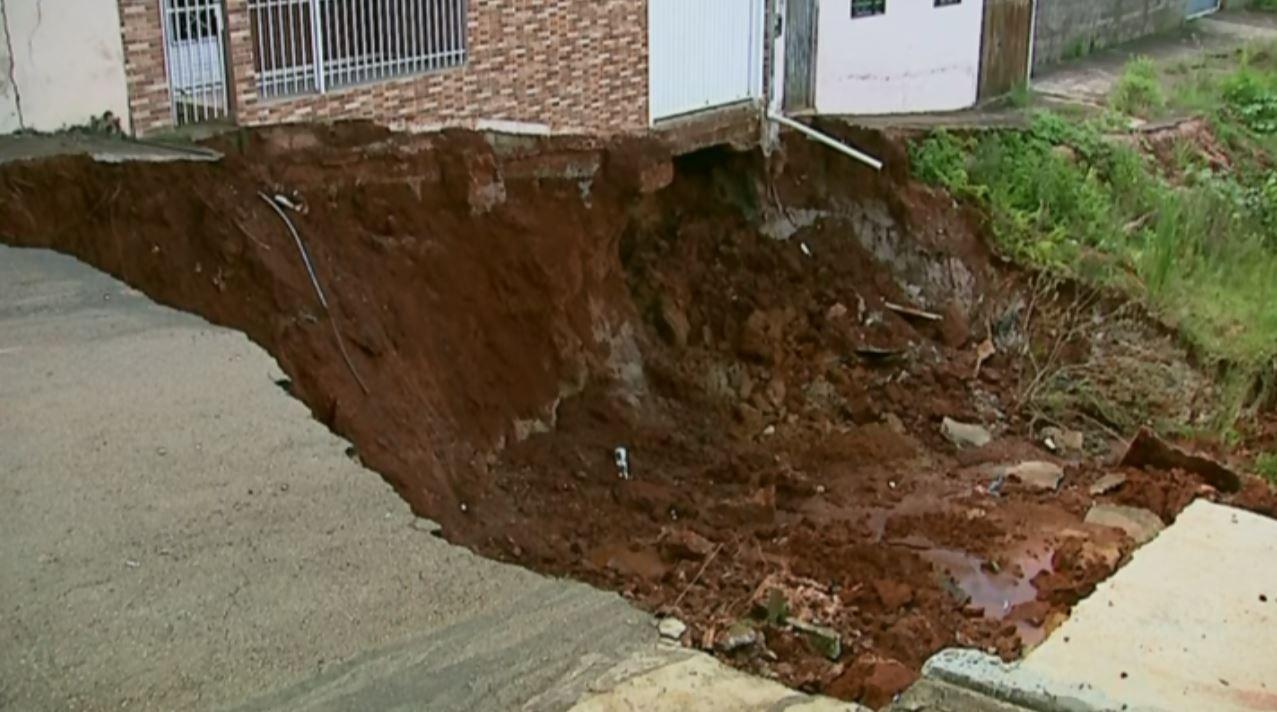 Moradores se mudam após cratera abrir e fazer casas serem interditadas em Monte Belo
