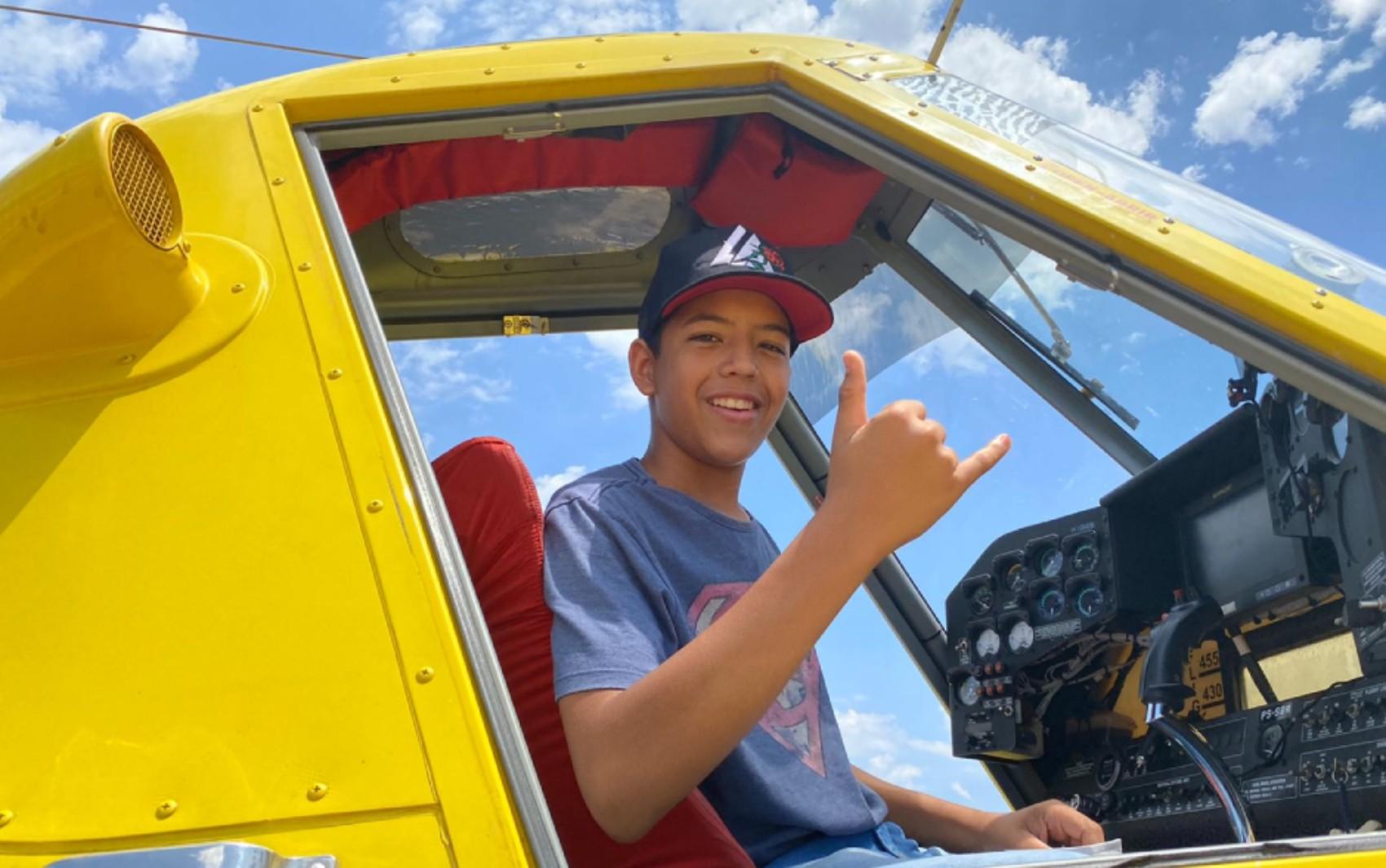 Adolescente conhece pilotos e aeronaves após escrever carta aos bombeiros para agradecer por combate a incêndios na BA