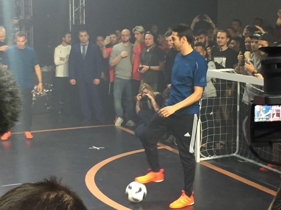 Kaká brinca com a bola durante o evento de lançamento (Foto: Richard Souza/GloboEsporte.com)