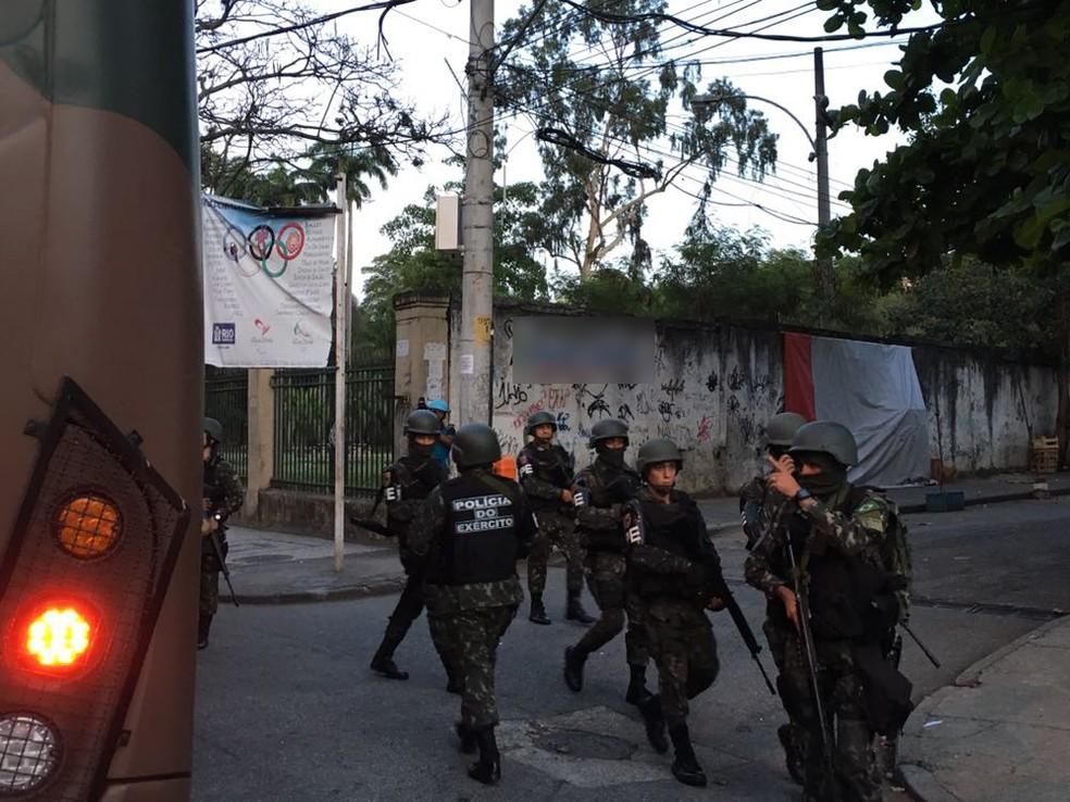Militares estão no Morro dos Macacos, na Zona Norte do Rio de Janeiro, em operação para desarticular o tráfico de drogas. (Foto: Pedro Figueiredo/ TV Globo)
