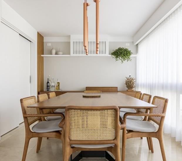 SALA DE JANTAR | A pedido dos moradores, as cadeiras de Jader Almeida foram restauradas, pois são especiais para eles. Mesa de jantar da Dpot. Pendente da Sergon Prime (Foto: Luiz Franco/Divulgação)