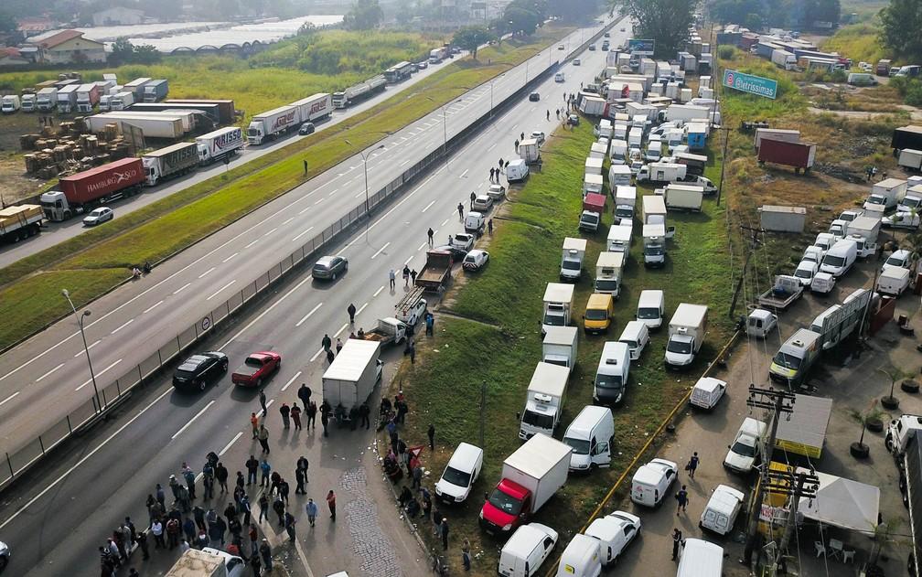Protesto de caminhoneiros contra o aumento do diesel na altura do km 158 da Via Dutra, na região de Jacareí, interior de São Paulo. (Foto: Nilton Cardin/Estadão Conteúdo)