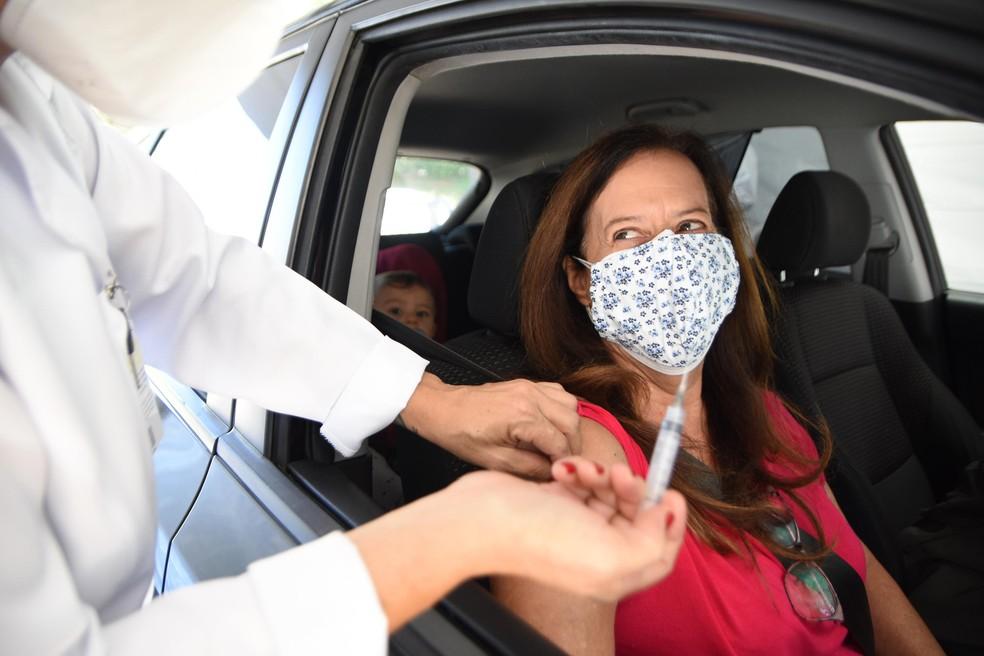 Vacinação contra a Covid em drive-thru na Zona Oeste de SP — Foto: RONALDO SILVA/FUTURA PRESS/ESTADÃO CONTEÚDO