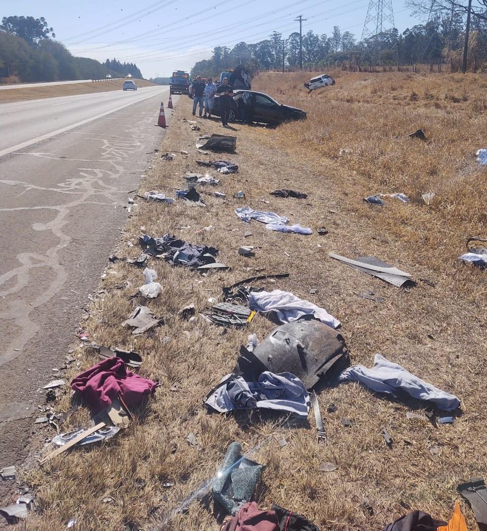 Objetos pessoais e partes dos veículos ficaram espalhados pelo acostamento e pela pista da Washington Luís  — Foto: Redes sociais