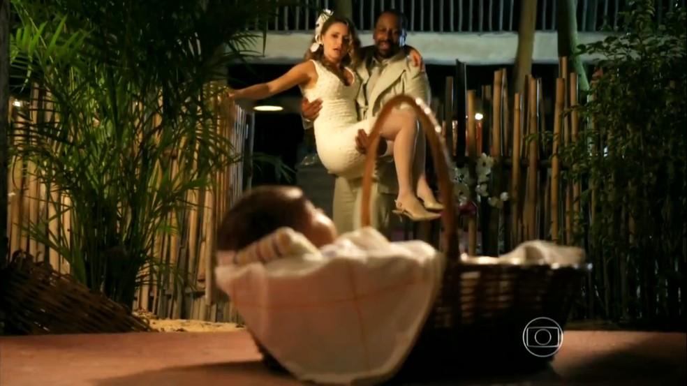 Quirino (Aílton Graça) e Doralice (Rita Guedes) ficam espantados com bebê encontrado na porta de casa, em 'Flor do Caribe' — Foto: Globo