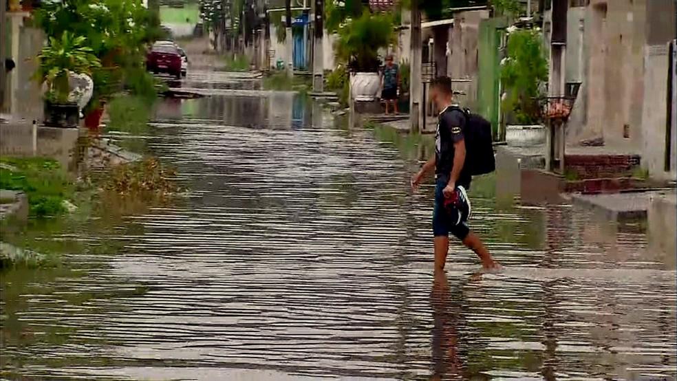 Moradores de Olinda enfrentam ruas alagadas para sair de casa na manhã desta quarta (6) — Foto: Reprodução/TV Globo