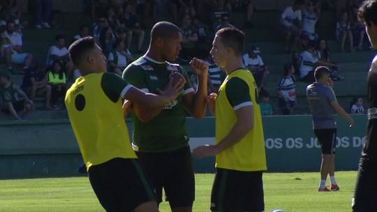 Rodrigão troca empurrões com jogadores do Coritiba antes de jogo contra o Criciúma; veja vídeo