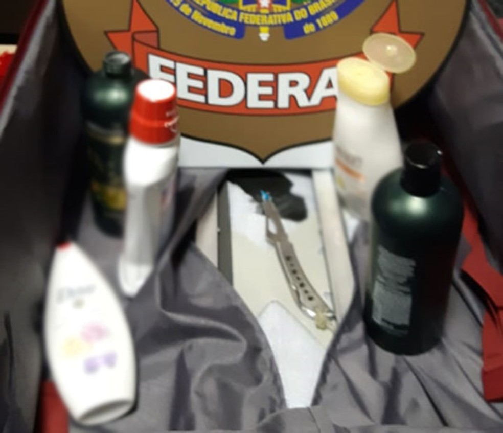 Frascos de produtos de higiene onde estava a cocaína que era transportada pelas três mulheres que foram presas na Bahia — Foto: Divulgação/Polícia Federal