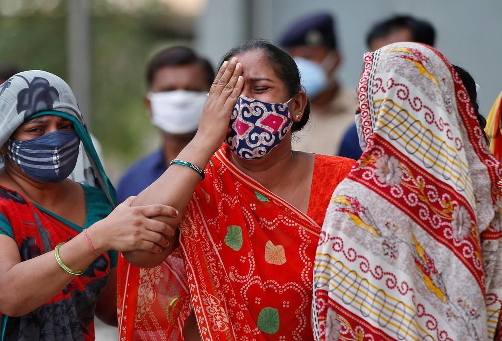 Mulher lamenta a morte de seu marido por causa da Covid-19 neste sábado (8), em Ahmedabad, na Índia — Foto: Reuters/Amit Dave