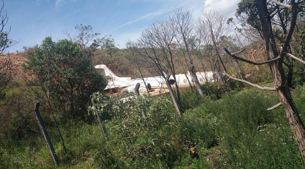 Avião caiu em ribanceira após sair de pista em aeroporto de Diamantina — Foto: Redes sociais