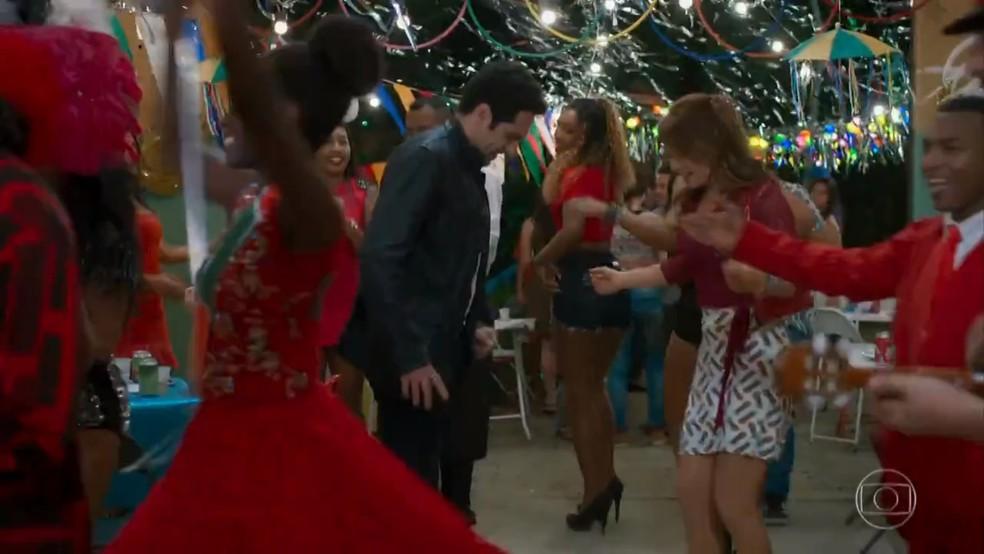 Beto (João Baldasserini) tenta dançar com Tancinha (Mariana Ximenes) - 'Haja Coração' — Foto: Globo