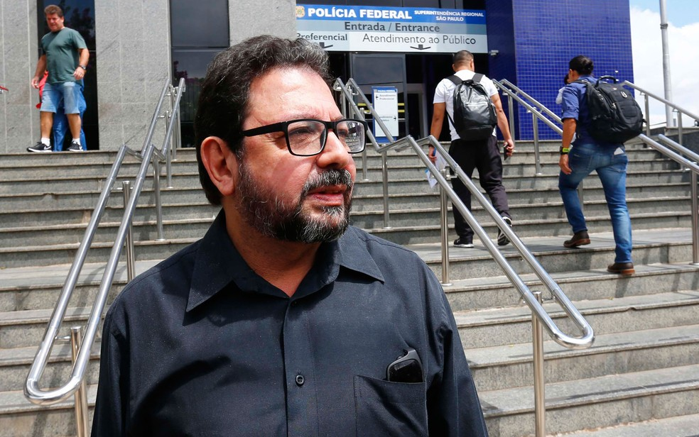 O blogueiro Eduardo Guimarães, do Blog da Cidadania, alvo de um mandado de condução coercitiva, deixa a sede da Superintendência da Polícia Federal em São Paulo (Foto: Marcos Bezerra/Futura Press/Estadão Conteúdo)