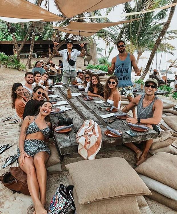 A turma se diverte em passeios conhecidos da região, como o centro de descanso e relaxamento Nômade Tulum (Foto: Instagram/ Reprodução)