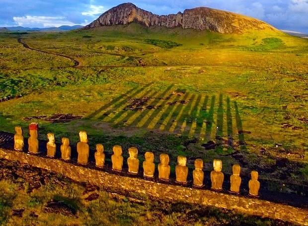 Ilha de Páscoa, Polinésia – Localizada na Polinésia oriental, ao sul do Oceano Pacífico, esta ilha é famosa pelas suas exuberantes estátuas de pedra. Sob o pôr do sol, o visual é ainda mais bonito (Foto: Reprodução/BlogBlux)