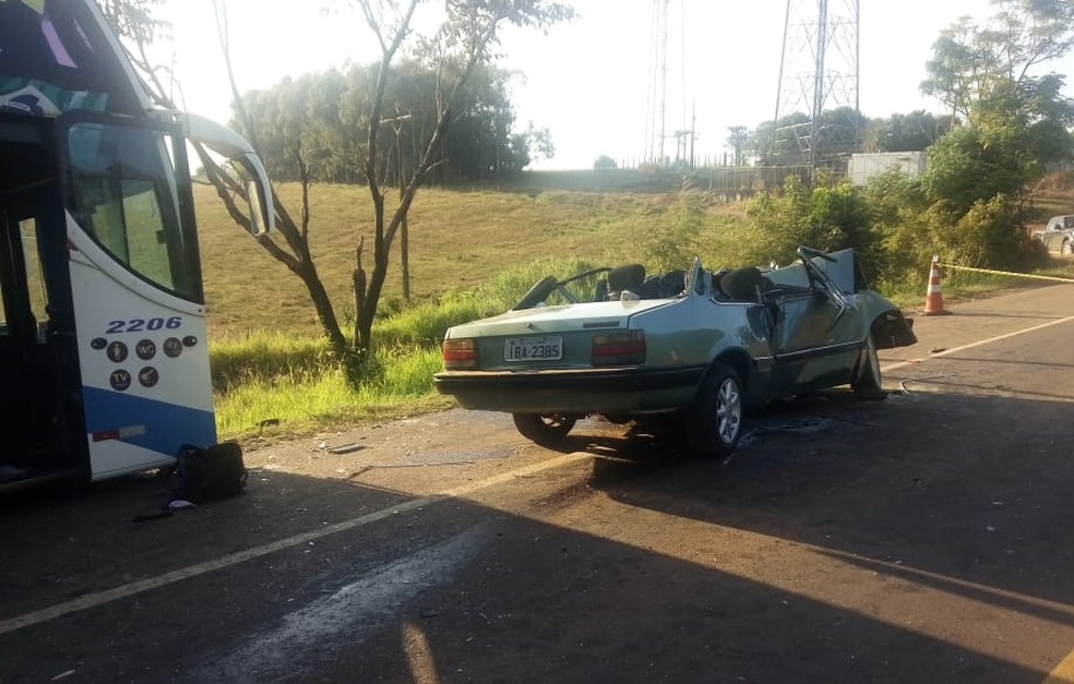 Veículo ficou destruído após colisão com ônibus em Ernestina — Foto: Ivan da Silva/Rádio Voz FM