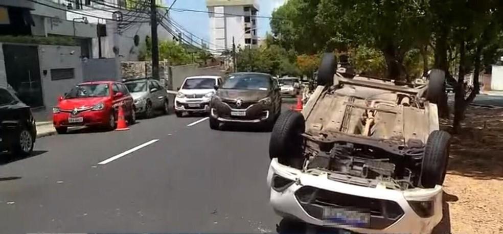 Carro capotou na avenida Rui Barbosa, em Natal, no fim da manhã desta quarta-feira (10) — Foto: Reprodução/Inter TV Cabugi