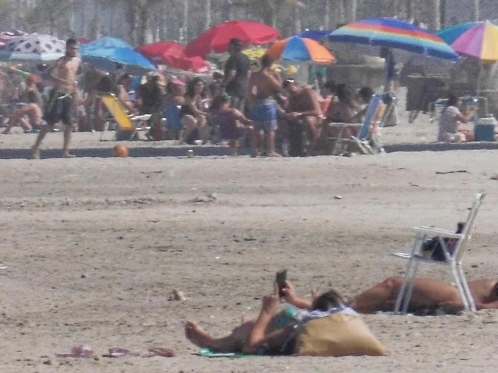 Banhistas tomam sol em praia proibida no litoral de SP — Foto: Reprodução/Roberto Felix