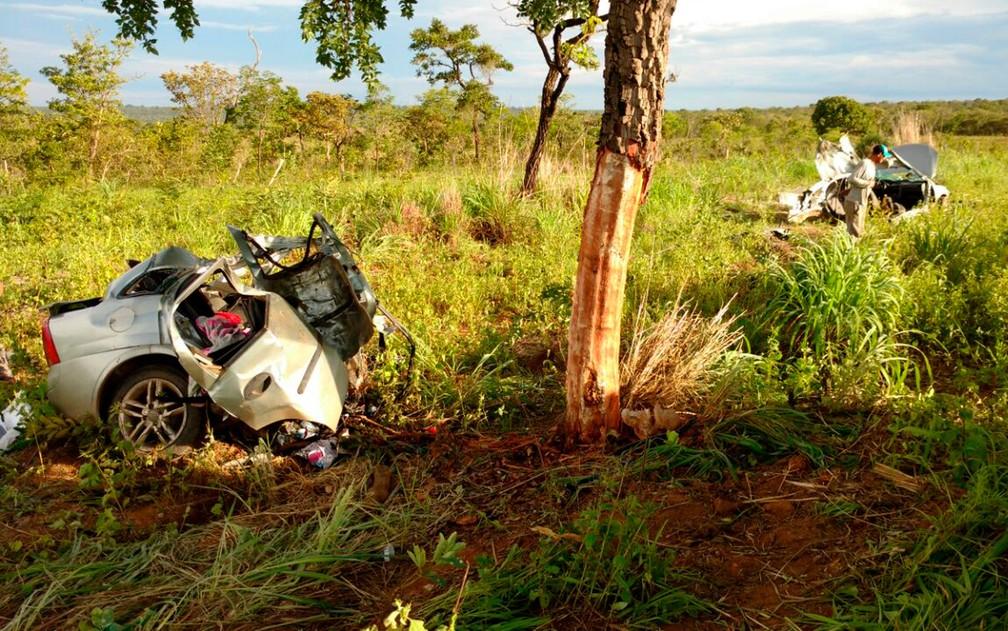 Carro bate em árvore e parte ao meio na BR-020 (Foto: Edivaldo Braga/Blogbraga)