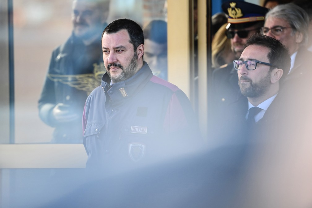 Ministros do Interior, Matteo Salvini, e da Justiça, Alfonso Bonafede, acompanham o desembarque de Cesare Battisti  — Foto: Alberto Pizzoli / AFP
