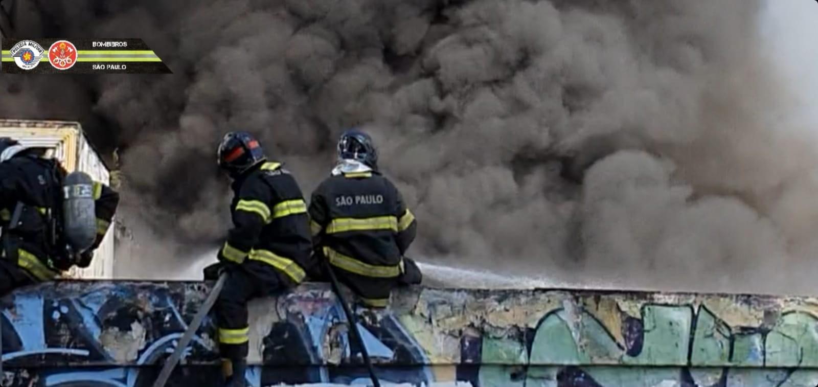 Três ônibus pegam fogo em galpão no Ipiranga, na Zona Sul de SP