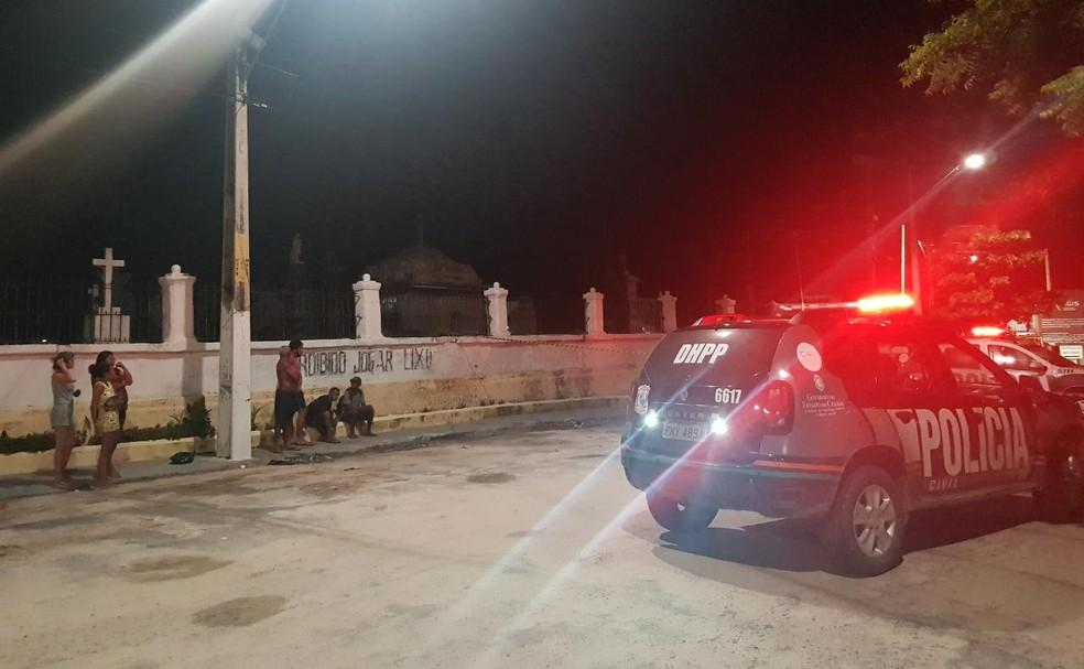Corpo do sexo masculino foi abandonado na porta do cemitério São João Batista, no Centro de Fortaleza. — Foto: Rafaela Duarte/ SVM