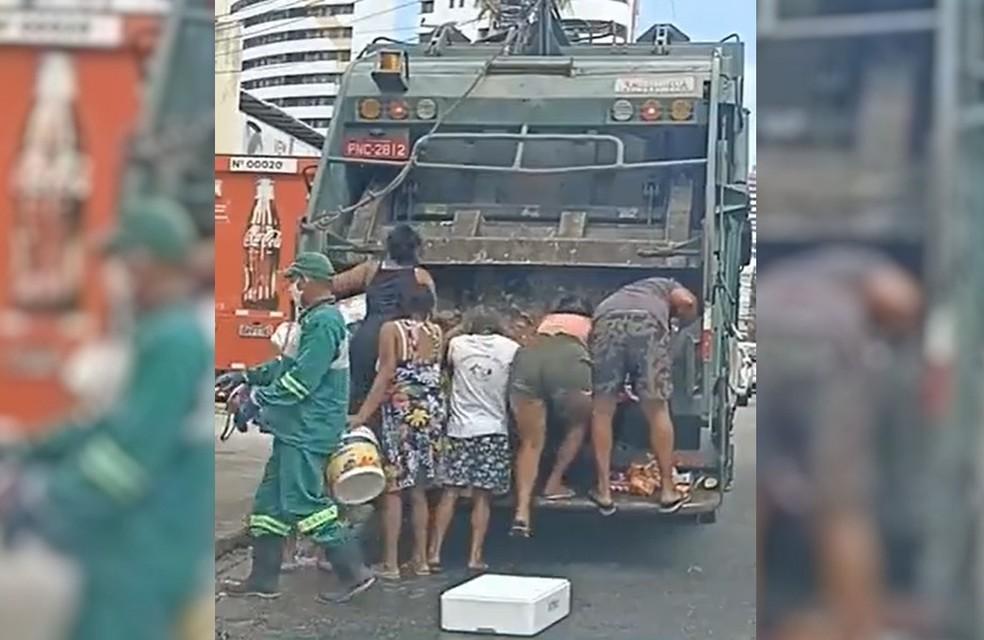 Moradores do Bairro Cocó, em Fortaleza, buscam comida descartada de supermercado que iria para caminhão de lixo — Foto: Reprodução