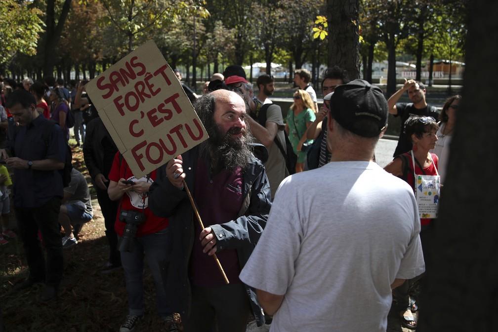 """Manifestante segura placa que diz """"sem floresta tudo está perdido"""" durante protesto em frente à embaixada brasileira em Paris nesta sexta (23). — Foto: Daniel Cole/AP"""