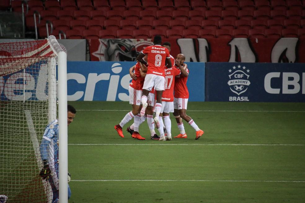 Colorados comemoram gol de Rodrigo Dourado, o segundo do Inter — Foto: Lucas Bubols/ge.globo