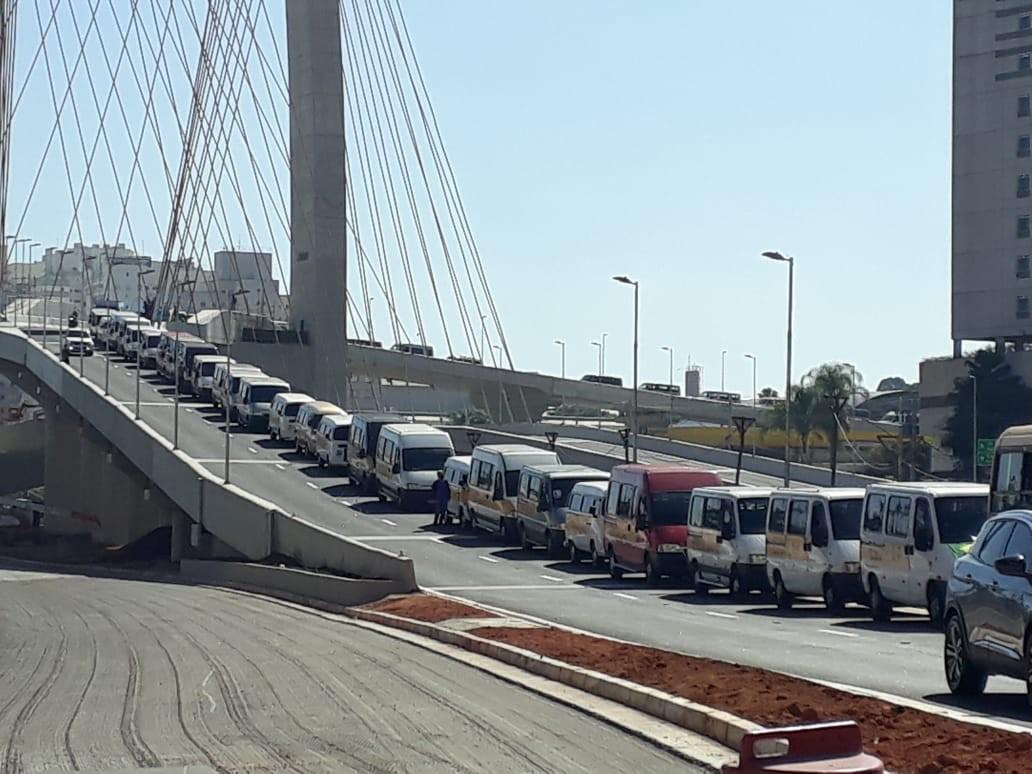 Motoristas de vans escolares fazem protesto em São José dos Campos